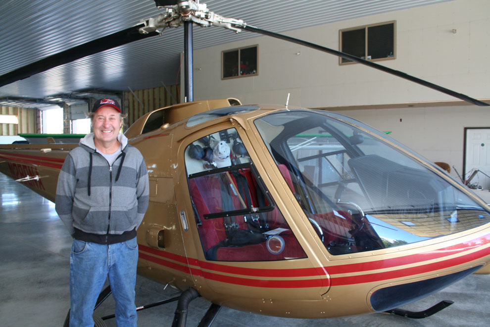 Hydraulic helicopter hangar door
