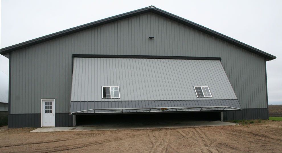 Hydraulic door with truss