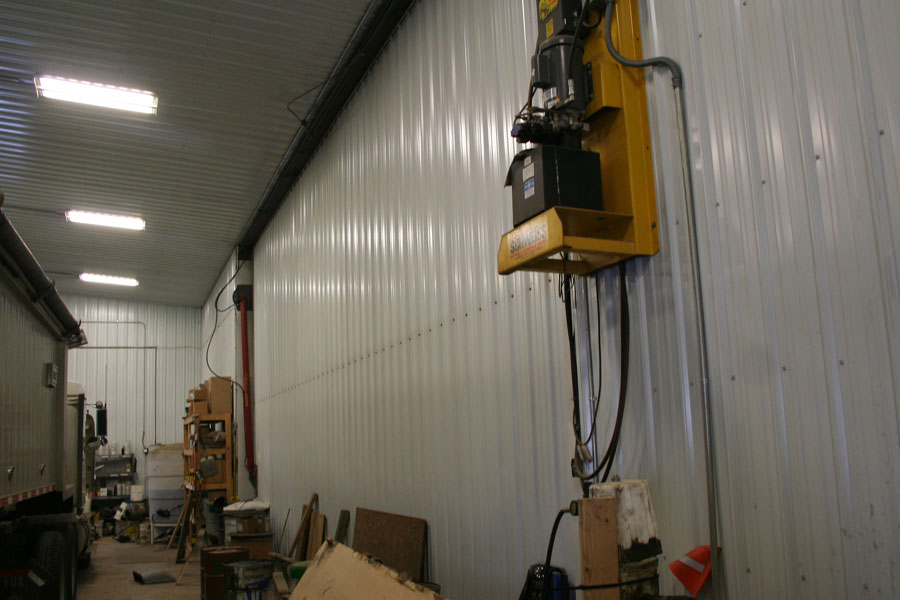 Hydraulic door and machine shed