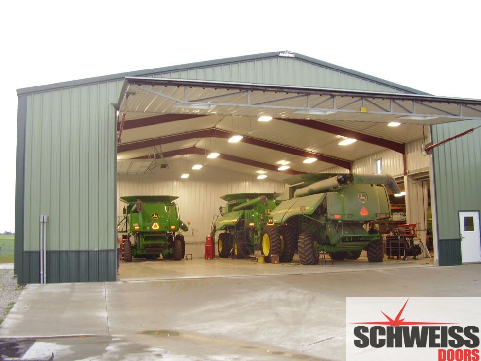 Hydraulic doors for farm and ranch machinery sheds