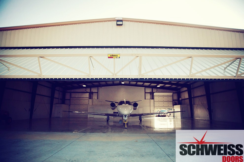 Wide open endwall hangar hydraulic doors