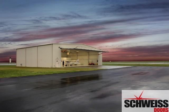 Hydraulic hangar doors